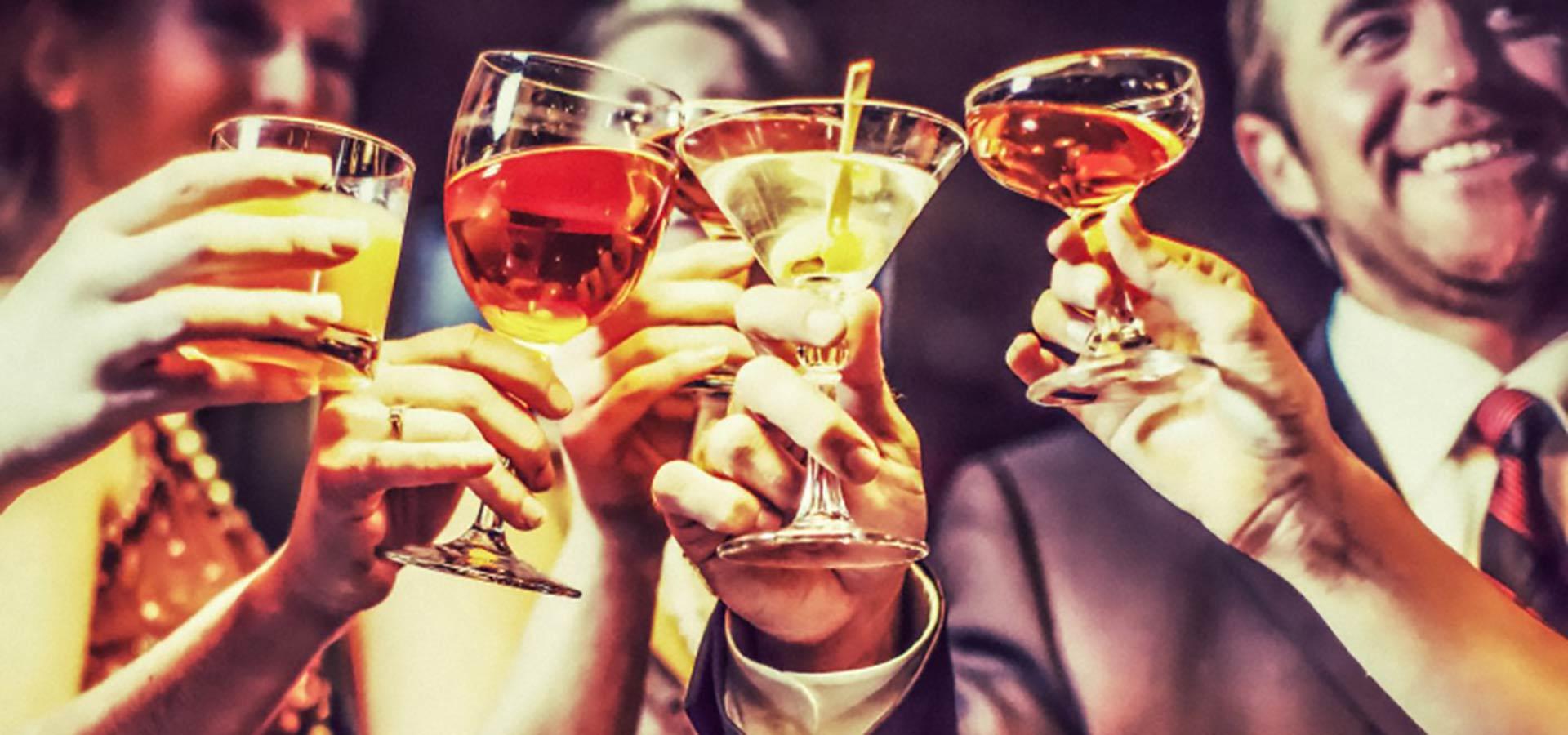 Foto di persone che festeggiano a un aperitivo a Milano